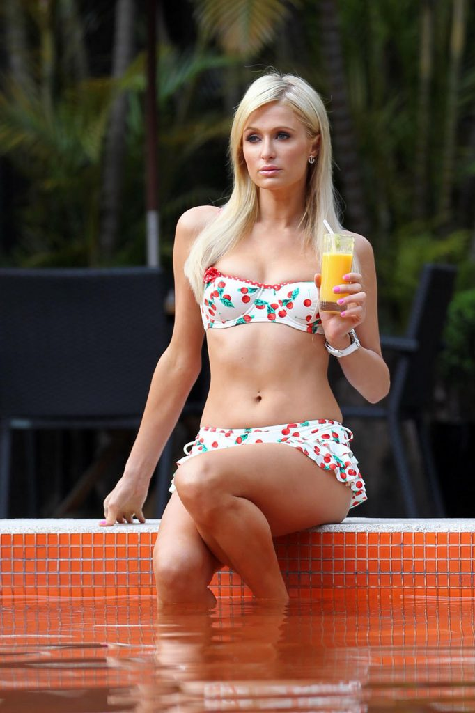 Paris Hilton Legs In Bikini - Sexy